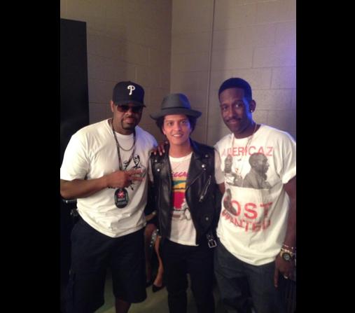 Bruno Mars meets Boyz II Men, starts singing On Bended Knee