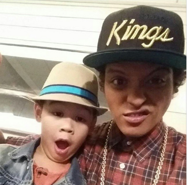 Bruno Mars is the coolest - sings a duo with a 6 year-old fan on Ellen