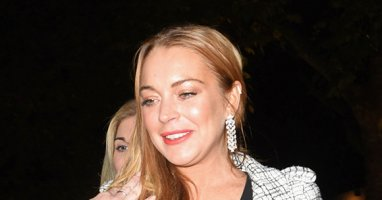 ​Lindsay Lohan accidentally tears off a finger